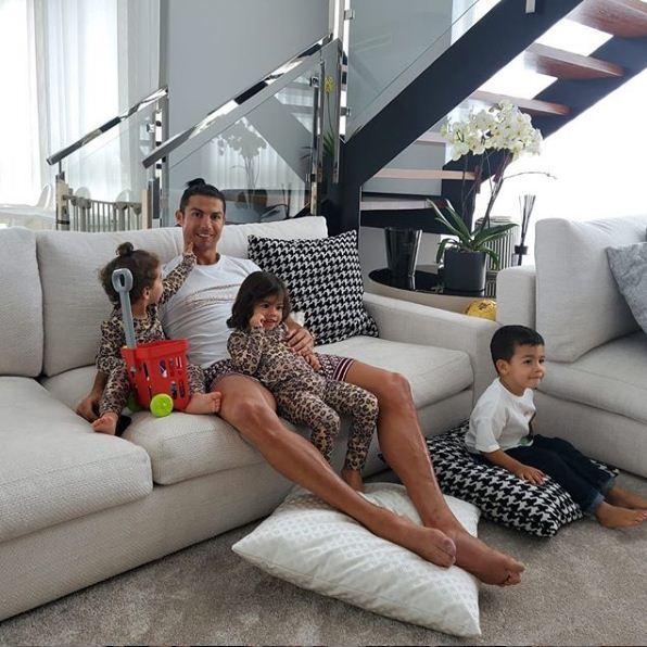 Ronaldo số hưởng khi được bạn gái xinh đẹp cắt tóc