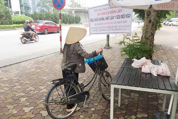 Người Hà Nội phát đồ ăn miễn phí: 'Cảm ơn các cháu, cô không lo đói nữa rồi'