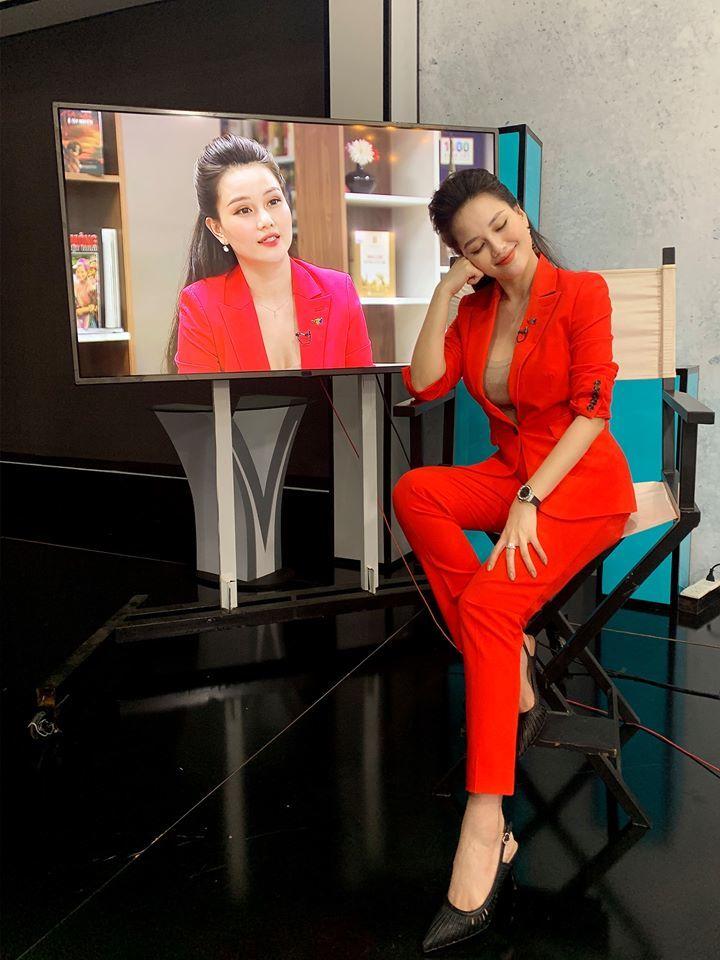 Vẻ nóng bỏng của nữ MC 'Cà phê sáng với VTV3'