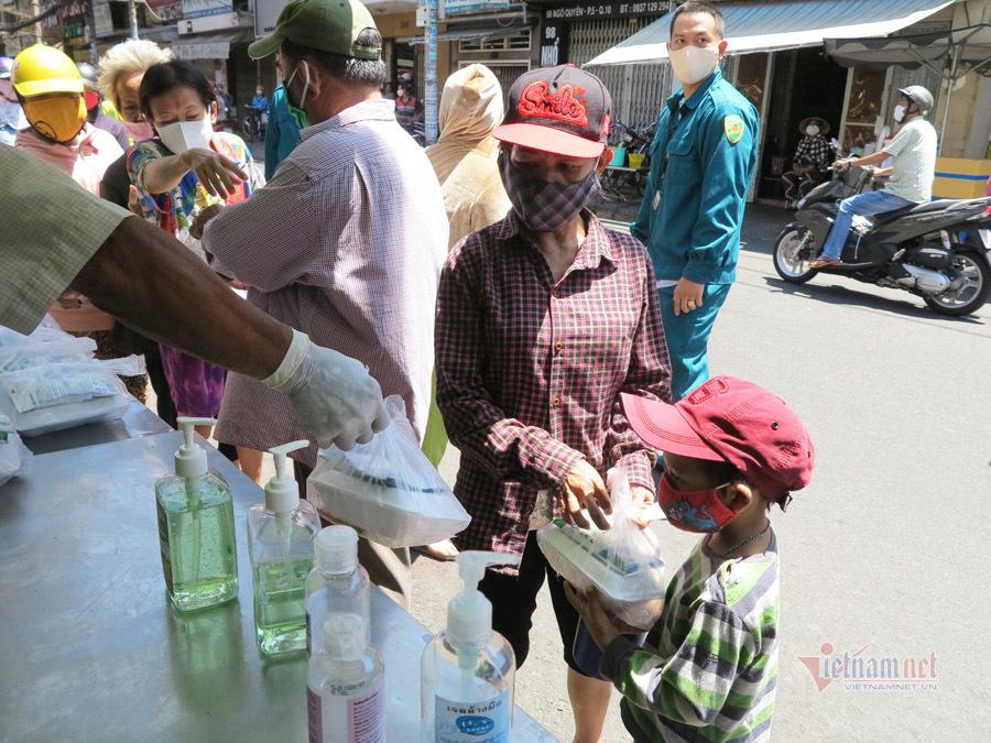 Vợ chồng Sài Gòn nghỉ kinh doanh, nấu cơm, phát ngàn bao gạo cho người nghèo