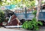 Xe tải tông ô tô con rồi đâm sập quán nước ven đường ở Quảng Nam