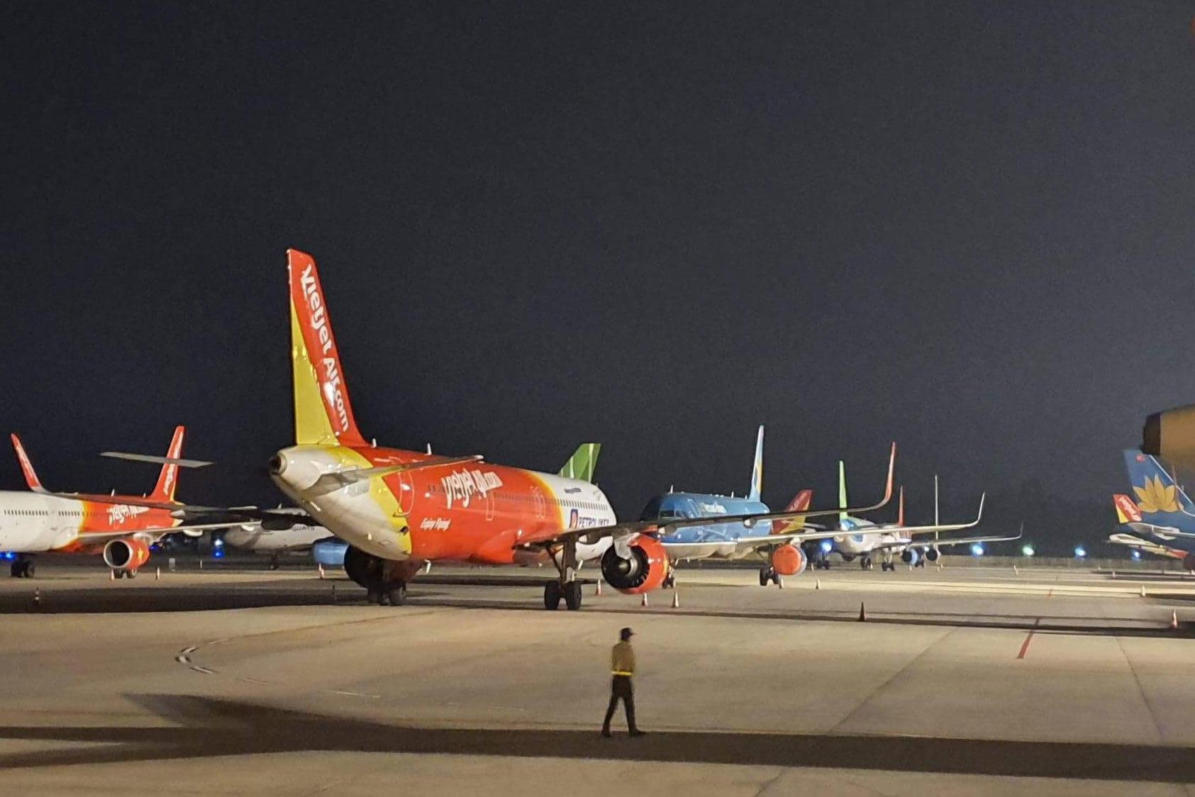 Đóng cửa một đường băng Nội Bài và Tân Sơn Nhất, khách ra sân bay sớm 2 giờ