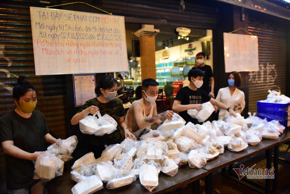 Lao động nghèo Sài Gòn vui mừng nhận hộp cơm từ mạnh thường quân
