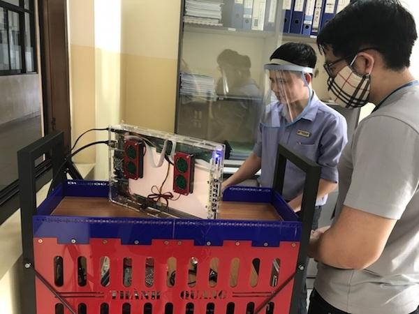 Trường ĐH lắp ráp robot khử khuẩn chống Covid-19