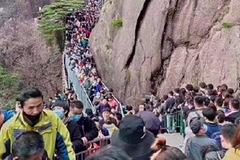 Vừa nới phong toả, hàng vạn người Trung Quốc kéo nhau đi tham quan