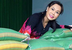 Việt Hương và các nghệ sĩ Việt tặng gạo bà con nghèo mùa dịch