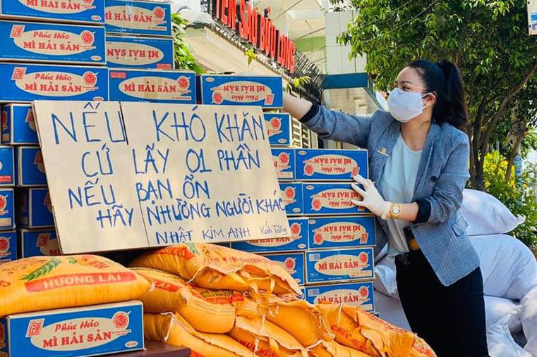 Nhật Kim Anh phát 300 thùng mì, 3 tấn gạo cho người nghèo mùa dịch