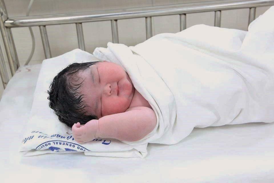 Bé gái sơ sinh nặng 6 kg chào đời ở Phú Thọ