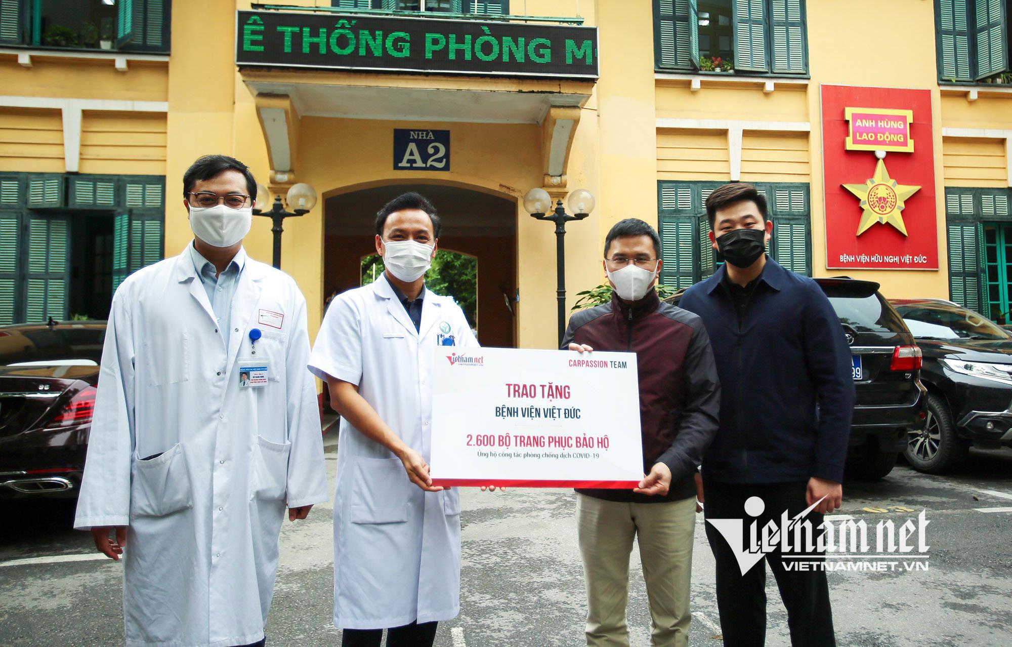 VietNamNet và CarPassion trao tặng 2.600 trang phục bảo hộ đến Bệnh viện Việt Đức