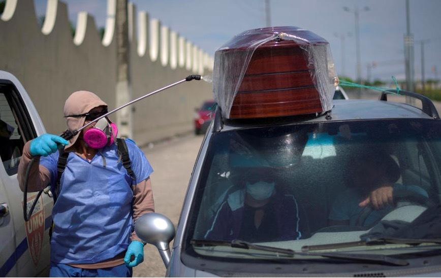 Covid-19 hoành hành, thành phố Ecuador hết sạch quan tài, dân phải dùng thùng các tông