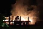 Nhà rông văn hóa ở Kon Tum bị sét đánh cháy rừng rực trong mưa