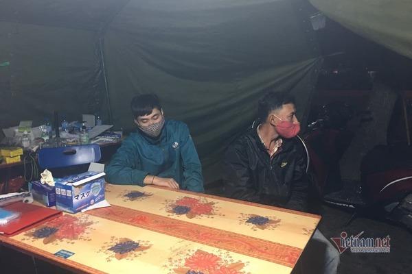 2 thanh niên đâm xe máy vào cán bộ ở chốt kiểm dịch Hải Dương