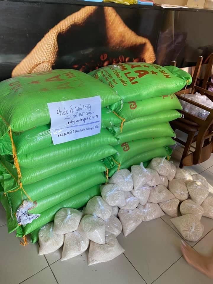 Thầy giáo nghỉ hưu rủ bạn bè, hàng xóm góp gạo tiền giúp người nghèo vượt Covid-19
