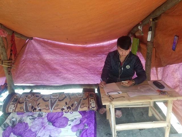 Cậu sinh viên dựng lán học online giữa núi rừng