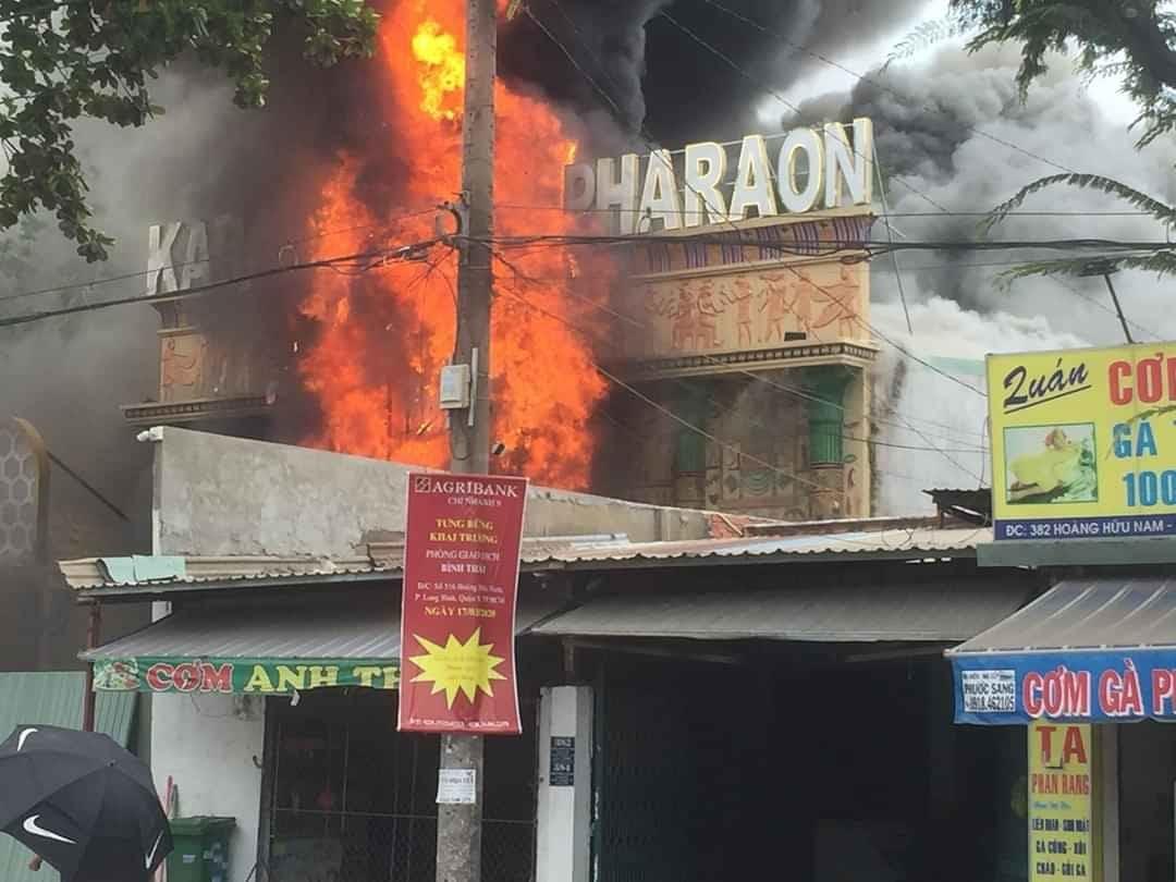 Cháy rụi quán karaoke ở Sài Gòn, dân ôm tài sản tháo chạy