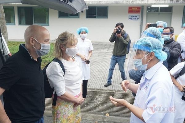 Hai bệnh nhân người Anh xuất viện, viết thư cám ơn y bác sĩ ở Huế