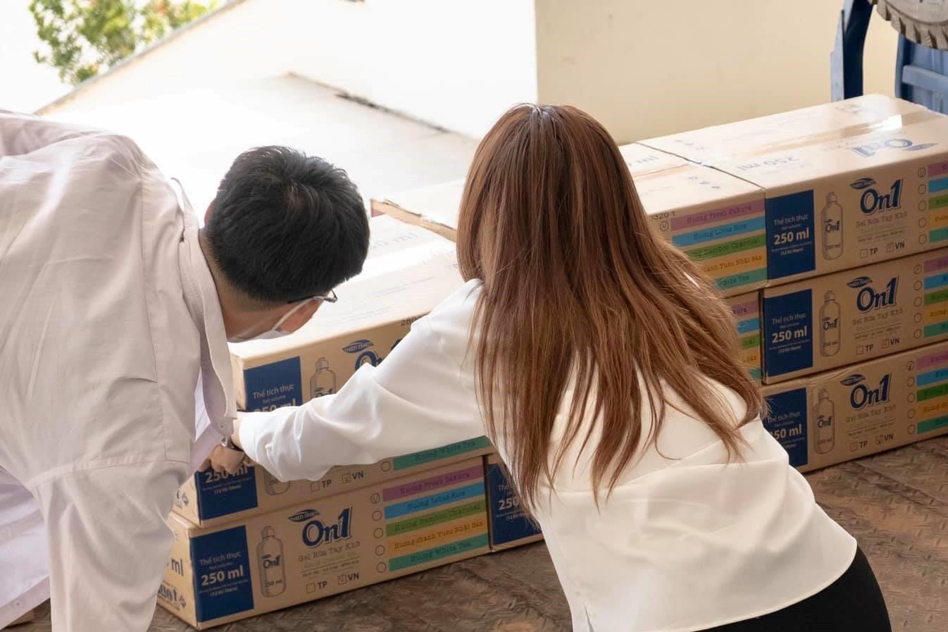 Kỳ Duyên góp 1000 bộ trang phục, 1500 chai nước rửa tay chống Covid-19