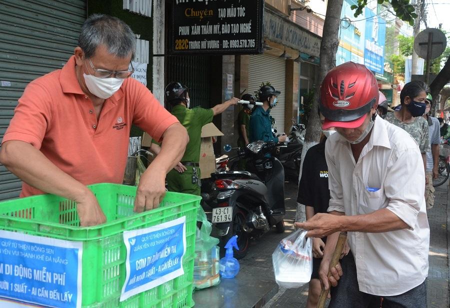 Người Đà Nẵng góp gạo, chia cơm 'dìu nhau' qua cao điểm dịch