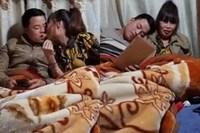Cô dâu 63 tuổi ở Cao Bằng dậy sóng MXH với màn dùng miệng đút đồ ăn cho chồng trẻ