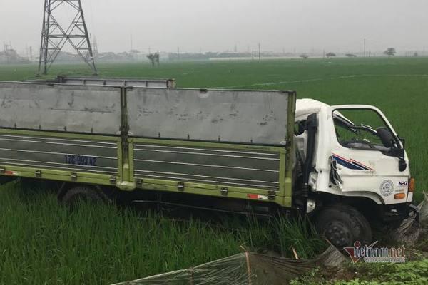 Nát đầu sau cú đâm trực diện, xe tải bay xuống ruộng