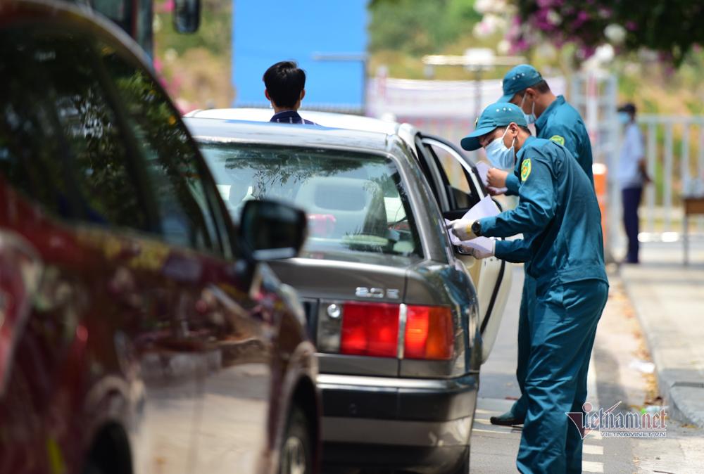 Chiến sĩ đội nắng giúp người dân rời khỏi khu cách ly kí túc xá TP.HCM