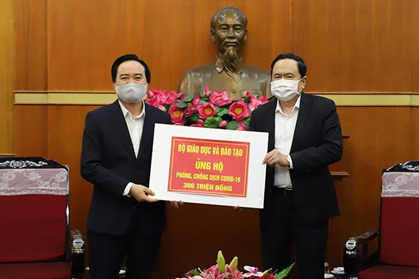 Bộ trưởng Phùng Xuân Nhạ trao 300 triệu đồng ủng hộ phòng chống dịch