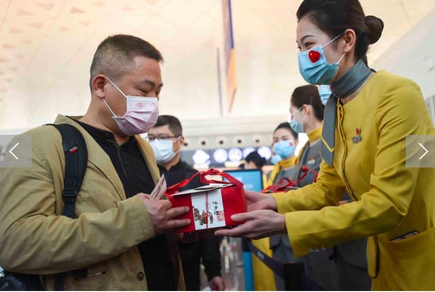 Hình ảnh hàng vạn người ùn ùn rời Vũ Hán sau dỡ lệnh phong toả