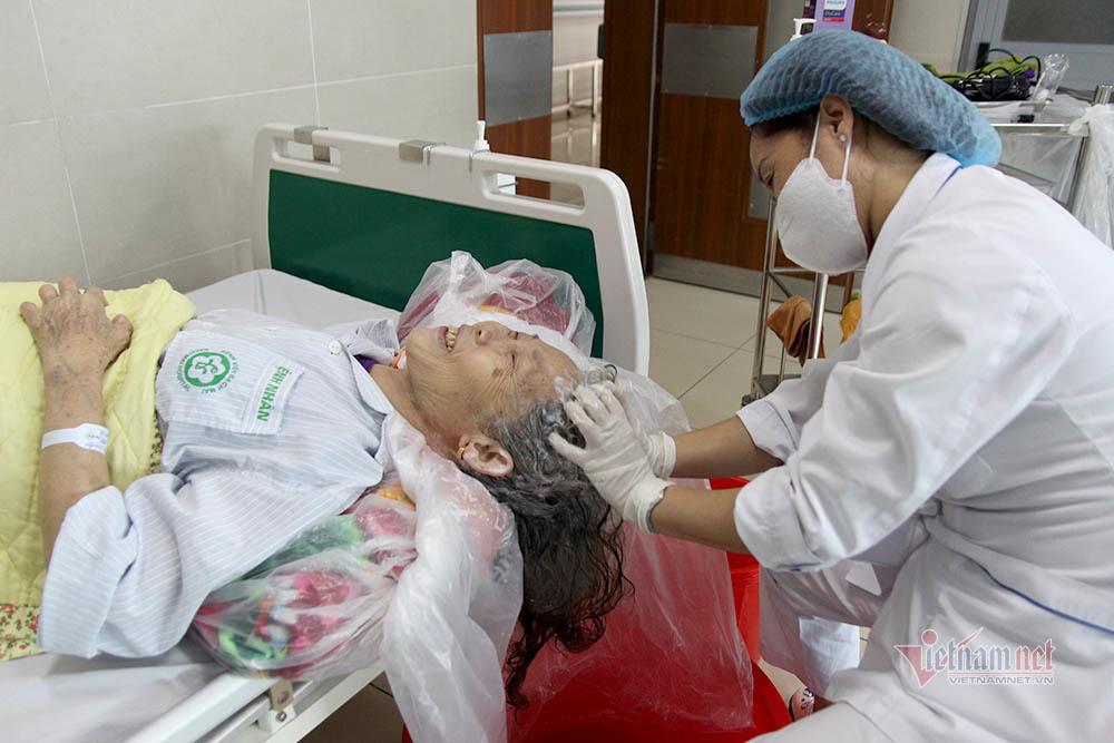 Tiệm gội đầu 'không khoảng cách' của bệnh nhân ung thư ngày cách ly Bạch Mai
