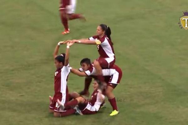 Khi nữ cầu thủ ăn mừng thì các anh em cũng phải nể