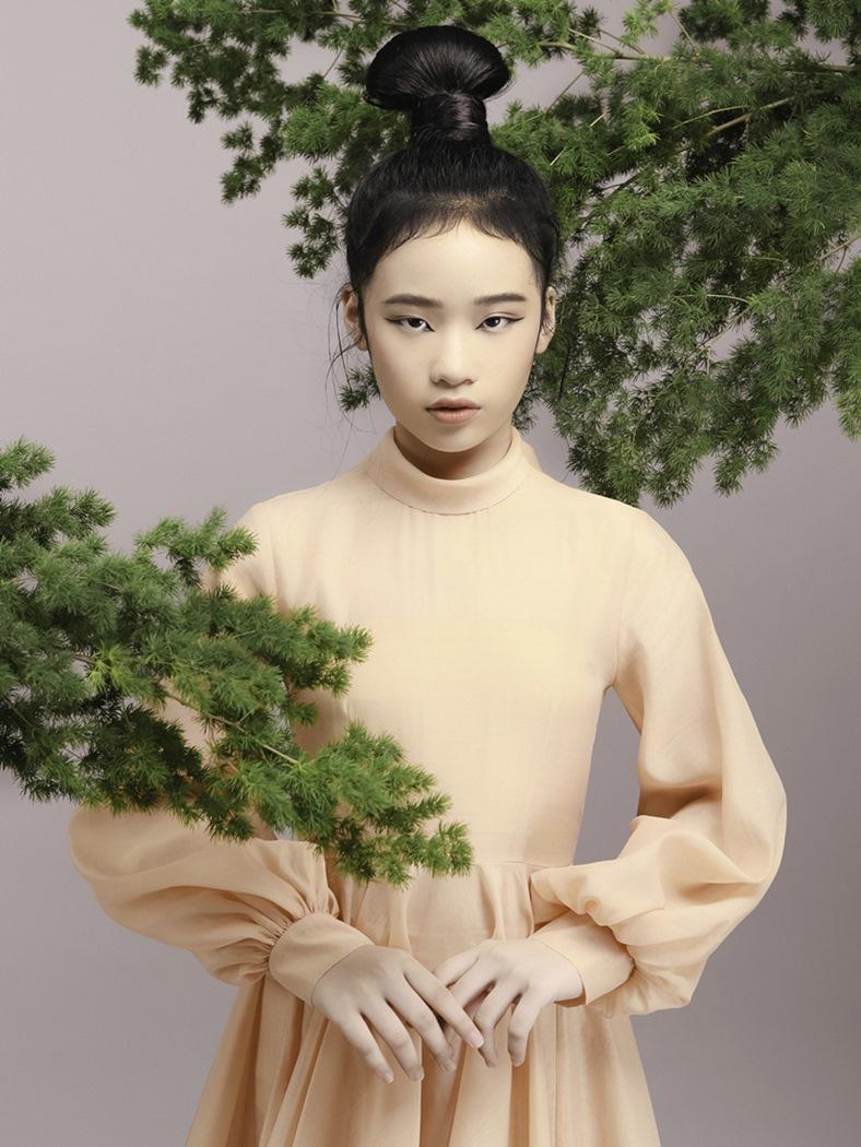 Mẫu nhí 11 tuổi Bảo Hà hút hồn với váy cắt xẻ