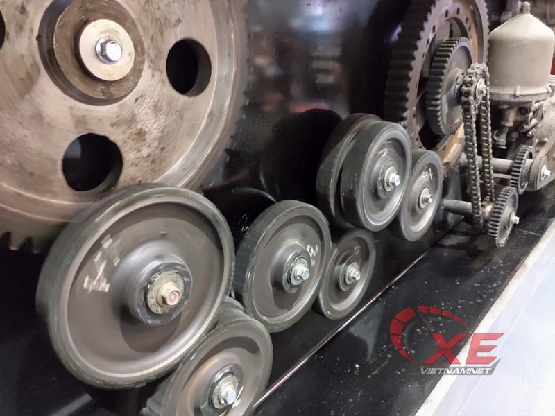 Kiến trúc sư Hà Nội chế tác bức tranh nặng 850kg từ động cơ ô tô