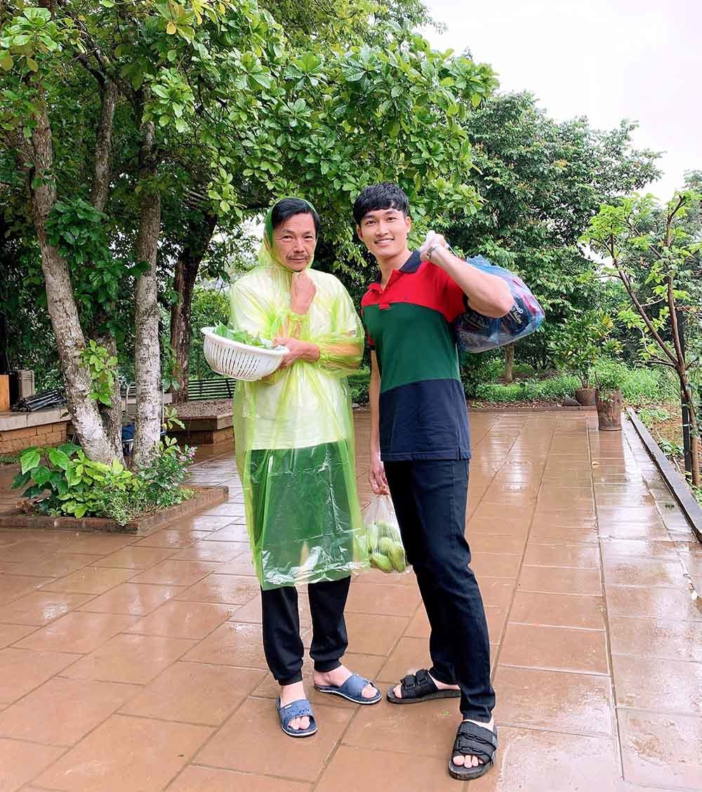 Ốc Thanh Vân thăm nhà Quyền Linh, phát hiện cả 'siêu thị' dép tổ ong