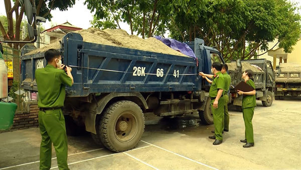 Son La Province tries to curb illegal sand mining on Da River