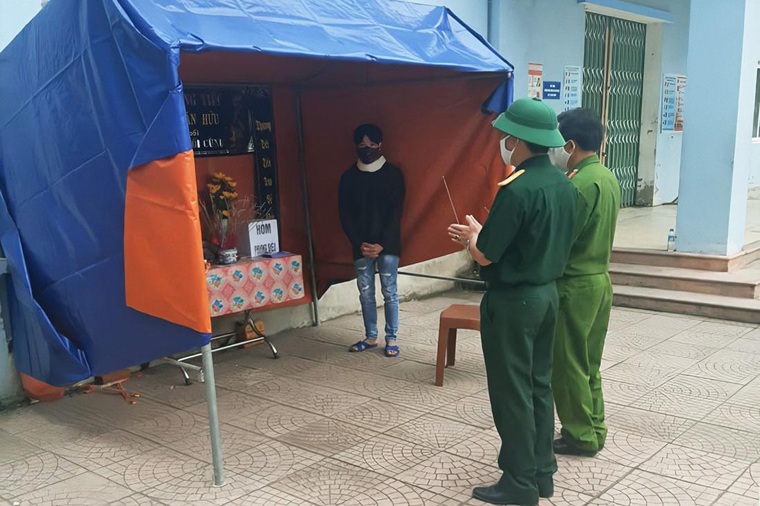 Lập bàn thờ chịu tang cha trong khu cách ly ở Nghệ An
