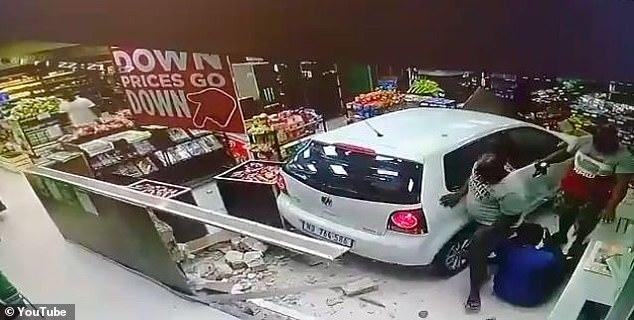Ô tô mất lái lao vào cửa hàng trong cây xăng, tông 3 người