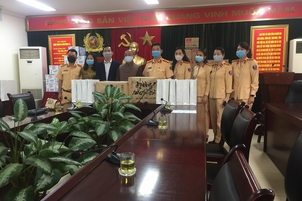 Tăng ni, phật tử chùa Hoà Phúc tặng 2.000 khẩu trang cho các chiến sĩ phòng CSGT Hà Nội