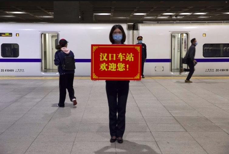 Hình ảnh dân Vũ Hán hối hả trở lại nếp sống cũ