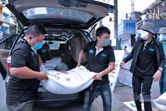 Người Sài Gòn đến góp sức 'ATM gạo' miễn phí của người nghèo