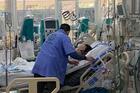 Bác sĩ đứng ép tim 2 tiếng liên tục giành giật sự sống cho sản phụ Hà Nội