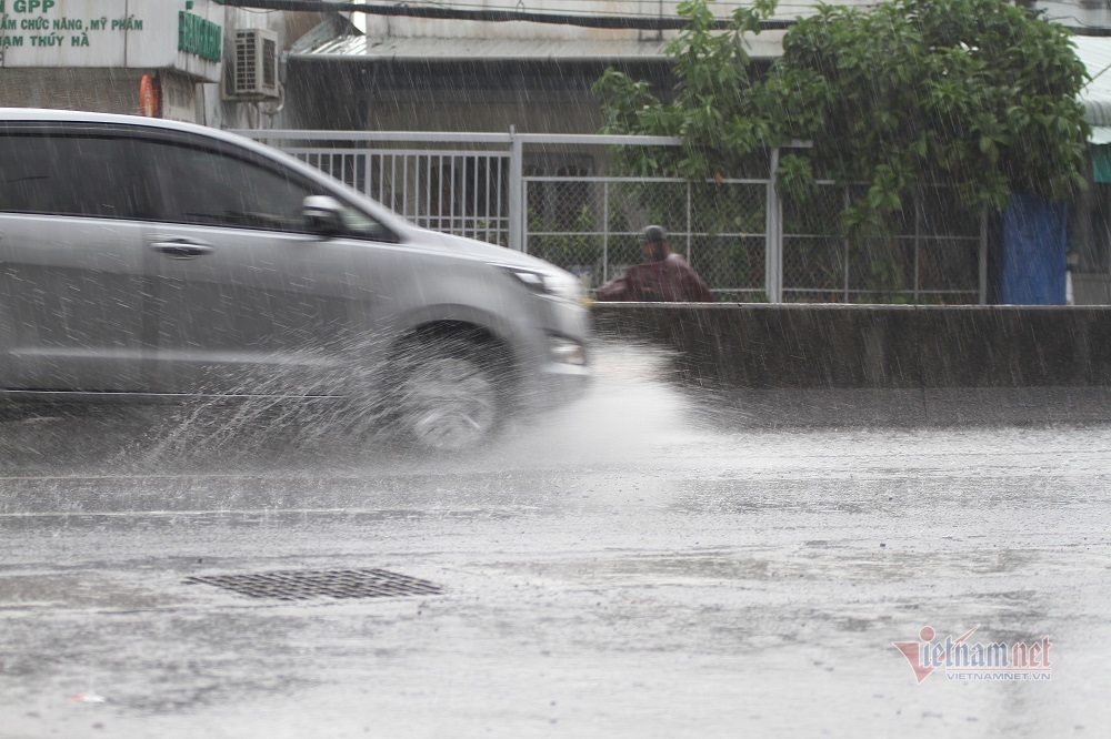 'Mưa vàng' giải nhiệt Sài Gòn sau nắng nóng hàng tháng trời