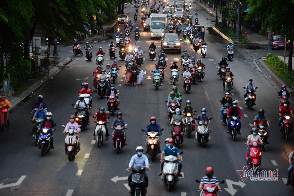 Cách ly xã hội, xe cộ đầy đường, dân thả cần say sưa câu cá