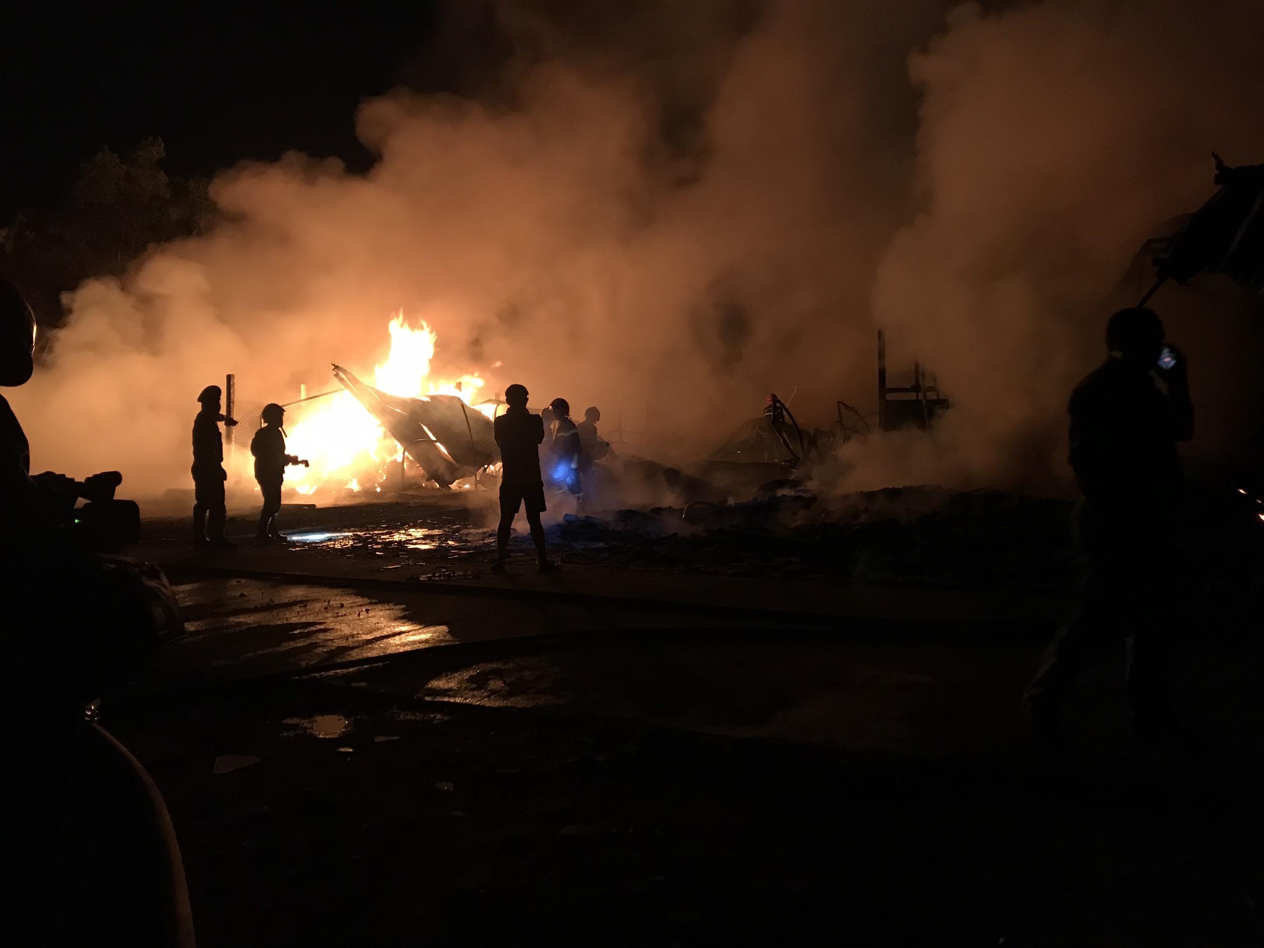 Xưởng bao bì cháy ngùn ngụt, trăm người đổ đi xem bất chấp cách ly xã hội
