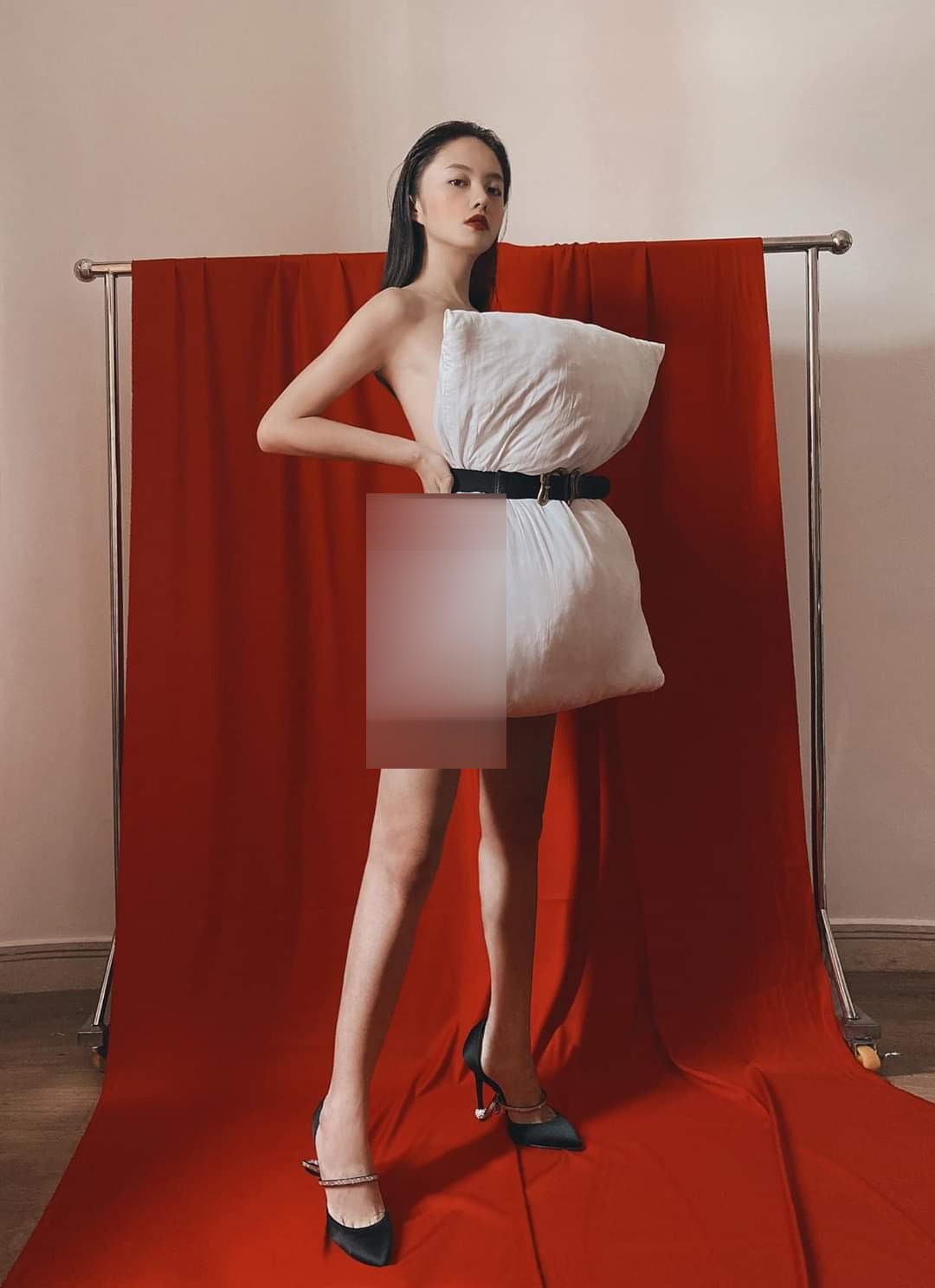Thời trang với gối ôm, mỹ nhân Việt lạ lẫm vẫn gợi cảm