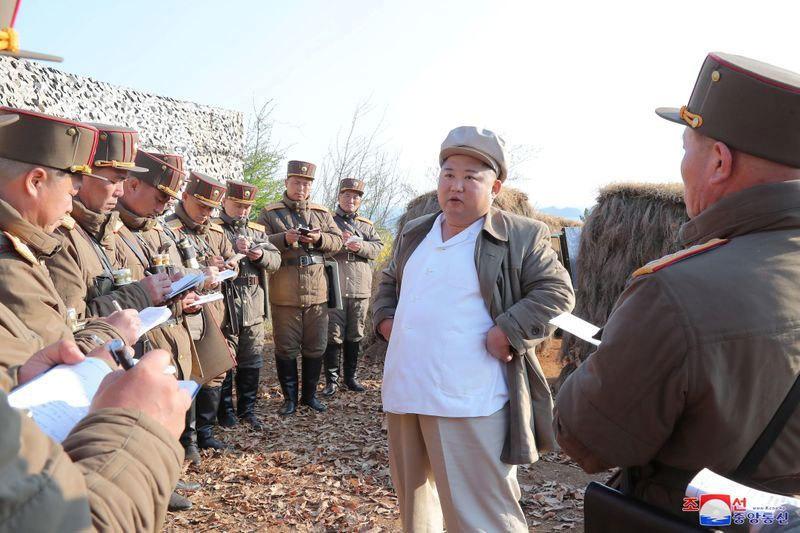 Kim Jong Un giám sát tập trận giữa lúc Triều Tiên dốc sức chống Covid-19