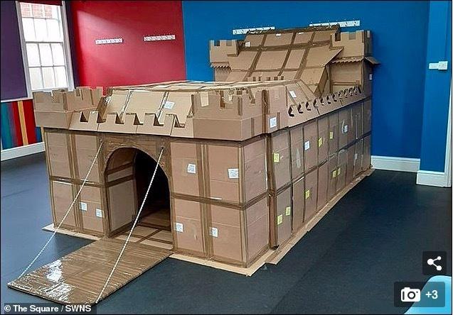 Bố dựng 'Lâu đài Covid nguy nga' cho con giữa đại dịch