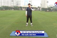 Trợ lý thầy Park hướng dẫn cầu thủ tập thể lực tại nhà