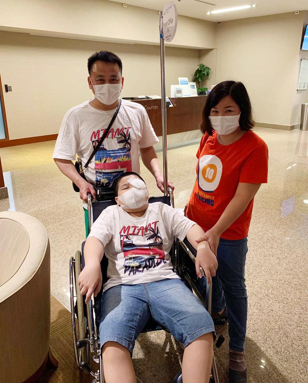 Những ngày 'sóng gió' của gia đình Việt đưa con sang Singapore mổ mắt