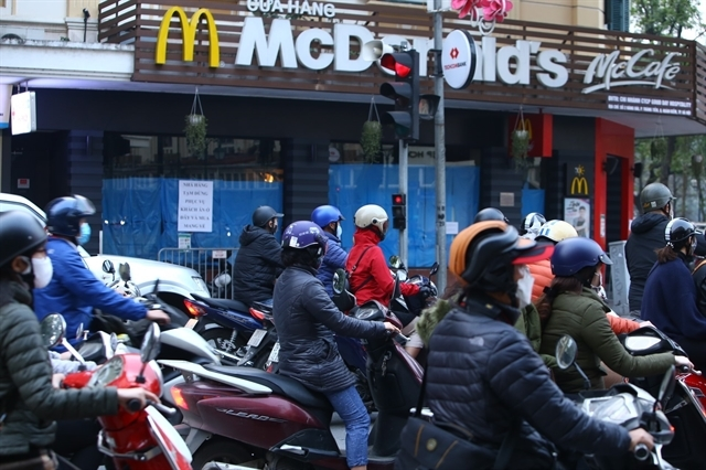 Hanoi streets crowded again despite social distancing instruction