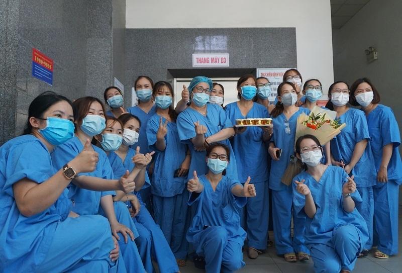 Bệnh nhân 135 xuất viện tặng món quà nhỏ tới bác sĩ
