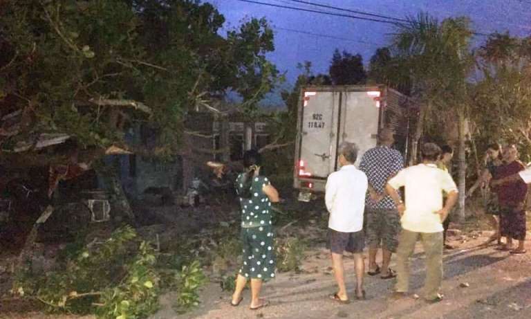 Đi tập thể dục, 3 bà cháu ở Quảng Nam bị xe tải tông, 1 người tử vong